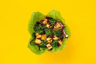 Sült tofus lilakáposzta saláta brokkolival, pirított szezámmaggal