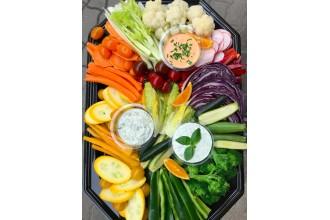 zöldségtál szószokkal