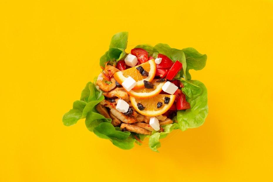 Grillezett csirkemell saláta fetával és aszaltszilvával