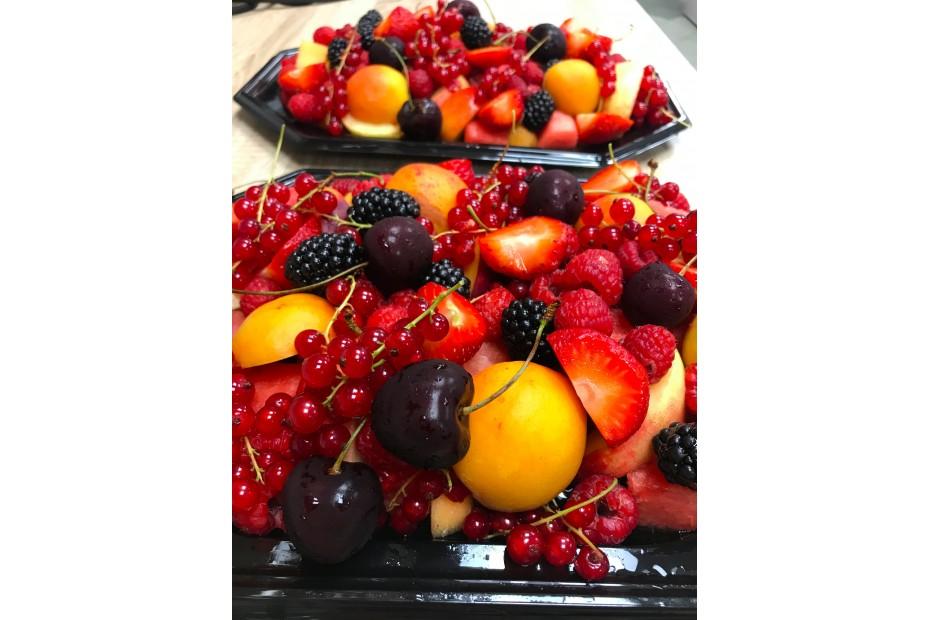 Kis nyári elég piroska gyümölcs tál (4 főre)